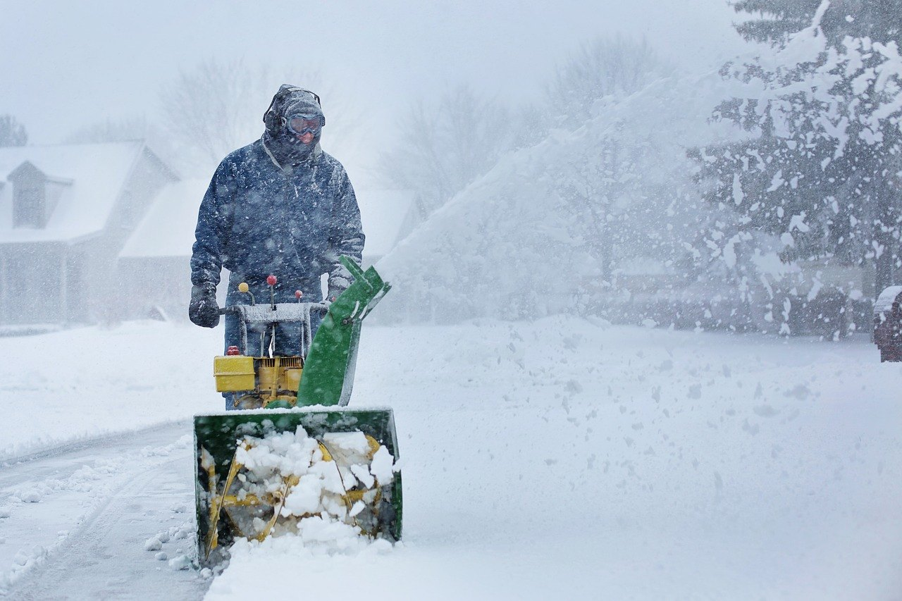 Are Battery Powered or Electric Snow Blowers Better Than Gas Machines